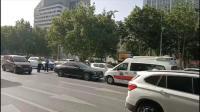 私家车停在快车道上一动不动 众人看到车里情景立马报警