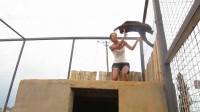 女子站在高台上,不料一头豹子冲了过去,下一秒画风突变