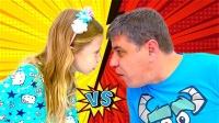 爸爸在模仿小女孩一言一行,小孩做什么大人就做什么,这可真奇怪