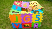 彩色的积木房子,上面有很多的英文字母,小萝莉学会英文字母歌