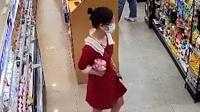 安徽合肥一女子将超市商品塞进裙底,被监控拍下