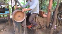 """80岁老大爷发明""""脚踏板""""锯木机,200元造一台,农村锯木头很实用"""