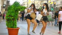 国外恶搞:这就是国外街头常态,美女被恶搞后还傻傻的笑