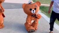 大爷在洗什么呀?大熊十分好奇