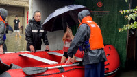 """浙""""战""""烟花:转移中的暖心一幕:4岁萌娃为救援人员撑伞挡雨"""