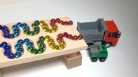 超多弹珠一起冲进自卸车的翻斗里,会发生什么事呢?工程车玩具