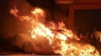 熊熊燃烧! 广东一小车挡路被烧了!