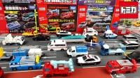 工程车和彩色汽车玩具拆盒