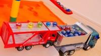 弹珠通过长长的积木轨道乘坐运输卡车