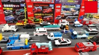 可爱的彩绘汽车玩具停放入停车场