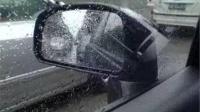 下雨天车窗玻璃有水珠路况看不清?