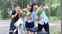比赛吃西瓜赢电动车,没想到命命竟然一口吃了一整个西瓜,真厉害