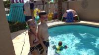 两兄弟的泳池大作战!
