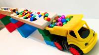 积木做的轨道上怎么放了100多颗彩色弹珠?玩具车能接住它们吗?