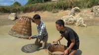 鱼塘收费50块一小时,小莫用竹篼开抓收获40斤,老板急得赶紧
