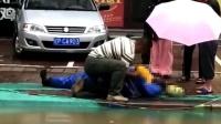 辽宁暴雨外卖员掉入水坑中溺亡 现场痛心