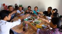中秋佳节已来到,胖妹带娃回娘家,10个菜围一桌,边吃边聊笑呵呵