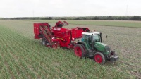 """德国每年出口3000吨大蒜,是怎么做到的?看到这台""""收割机"""""""