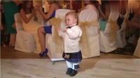 2岁宝宝参加婚礼时,突然听到了熟悉的曲子,下一秒宾客都笑翻了