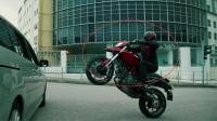 《怒火重案》摩托车的头盔能挡得住手枪子弹吗?估计有点悬了