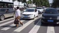 正常行驶的车辆,撞死闯红灯的行人,车主要负责吗?交警说出答