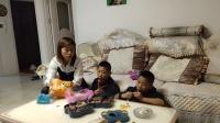单亲妈妈和两个儿子的快乐生活,吃完饭看电视吃零食好惬意