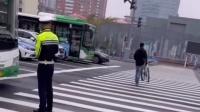 """骑车逆行被拦,男子搬起自行车过马路  """"我走着呢 车没着地"""""""