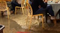 海浪涌入大排档顾客水中淡定吃喝,店主:第一次见,顾客吃得很欢