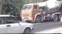 -狂躁的卡车.摩托车司机路怒拳斗