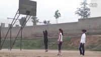 黄土地操场上女生投篮风采