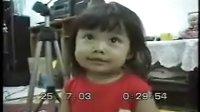 超可爱小女孩自拍唱歌影像!!!