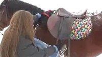 女雪地骑马教学