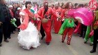 陕西农村结婚风俗-漂亮带感的新娘,老公公和亲朋闹洞房闹新娘