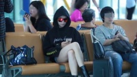 齐臀短裤恨天高 宋茜这机场打扮也是拼 160808