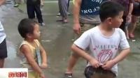 司马光砸缸 六岁男孩提竿起三岁女孩