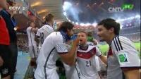 [颁奖]德国硬汉带领全队登台领奖 队长拉姆高举大力神杯 140714