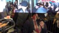 2PM成员闪电现身香港 众多粉丝机场守候 120309
