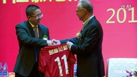 拜仁中文新闻:穆勒等球星与球迷玩游戏