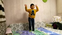 【快6岁】3-21哈哈在沙发上跳12生肖动物操VID_190246.mp4