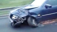 车子撞成这样还能开?