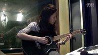 美女吉他弹唱《爱我别走》