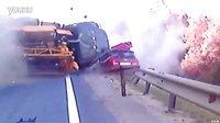 大货车猛撞小轿车的惨烈瞬间