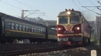 同为DF4DK牵引的1153次和K8412次在芜湖铁路枢纽化鱼山弯道交汇。