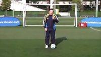 汤姆-拜尔校园足球视频教学之四 左右脚脚掌踩拉球练习