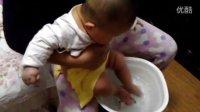 不到半岁的女儿居然会自己洗脚...边洗边哼哼啊,呵呵