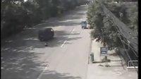 监控录像盘点四川成都惨烈车祸 相撞瞬间似爆炸