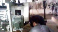 在华一安装剑杆机的师傅们20130408126