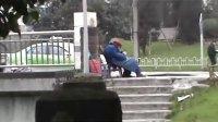 【拍客】八旬老人寒风中路边摆摊卖鞋垫