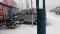 暴风雪瞬间吹到三辆车