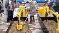 两个小朋友挖掘机比赛 【济宁微装】